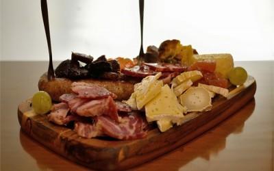 PETISCOS – bacalhau, moelas, ovos recheados, tábua de enchidos e queijos !