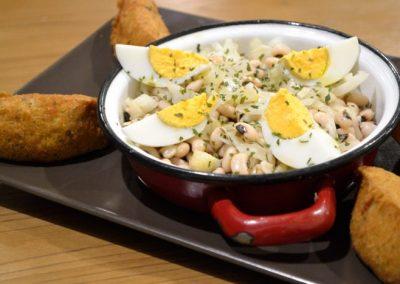 Bolinhos de bacalhau c/ salada de feijão frade